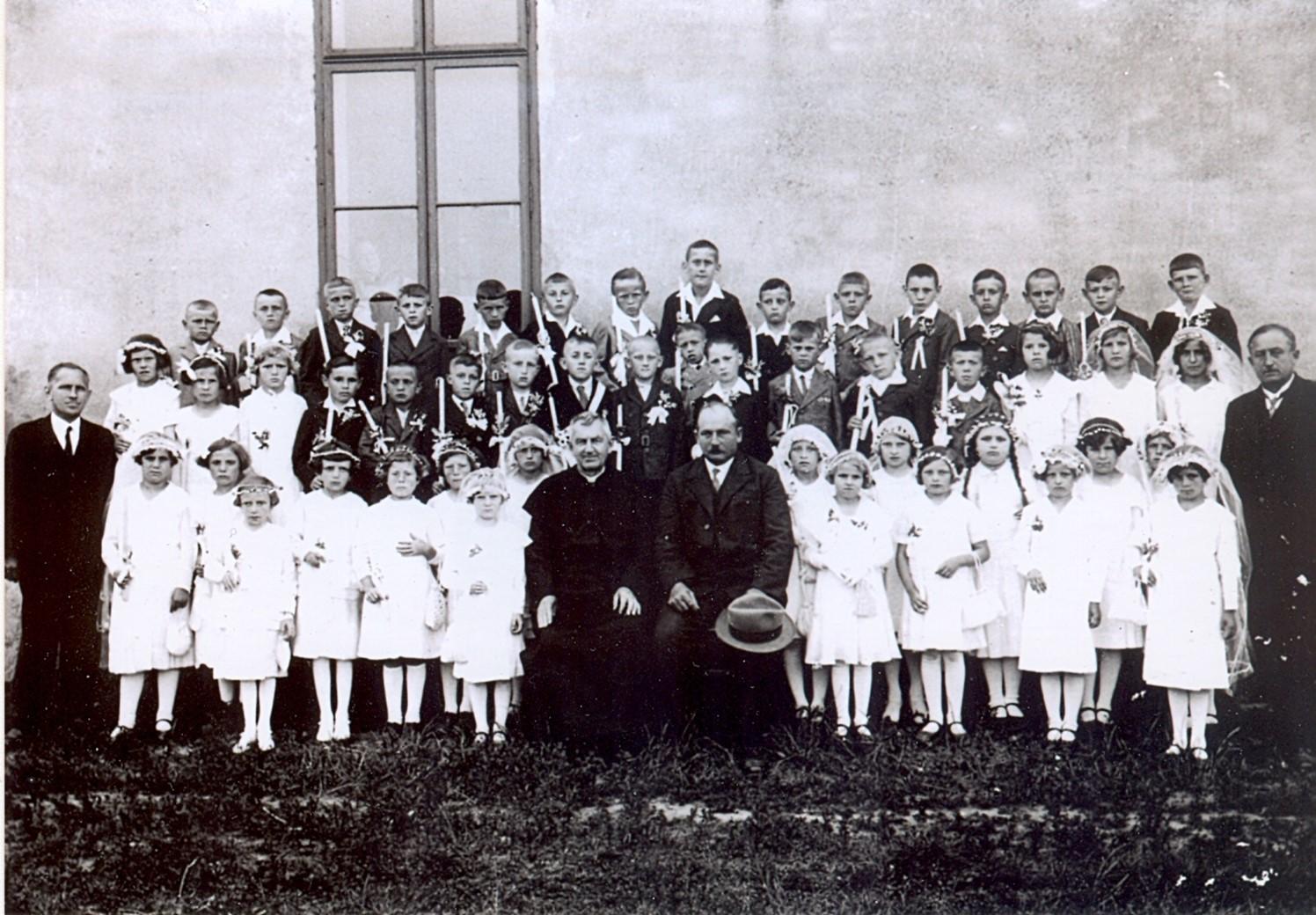 Svaté přijímání, Bratelsbrunn, ročník 1925 - zdroj: Sbírka Adelheid Wolf